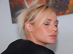 Сексуальная блондинка жестко трахается в одежде