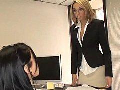 Блондинка и брюнетка трахаются в офисе