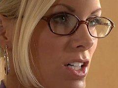 Грудастая блондинка снимает стресс после работы