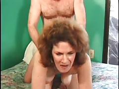 Пожилая с волосатой пиздой трахается в зелёной комнате