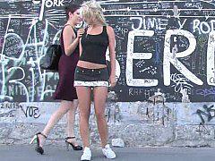 Сексуальное издевательство над телкой на улице.