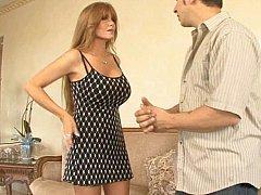 Зачетная самка чпокается на диване