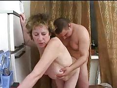 Зрелая русская мамаша трахает толстого сына на кухне