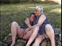 Две упитанные бабули на пикнике