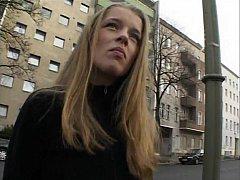 Блондиночка дрочит свою письку