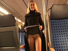 Блондинка развлекается в поезде