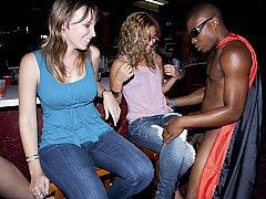 Негр дает в рот молодке в клубе
