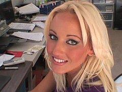 Горячая блонда сосет хер в офисе