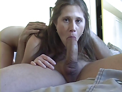 Молодая девка с маленькими сиськами толстый фаллос берет в рот