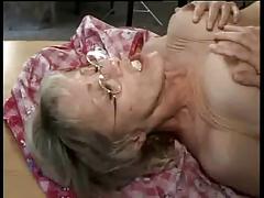 Парни долбят старую тетушку в киску