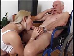 Молодка удовлетворяет пожилого мужчину
