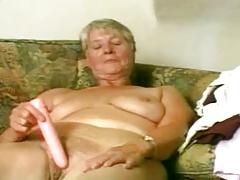 Бабуля занимается самообслуживанием