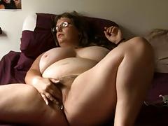 Пышечка с большими дойками наедине с собой