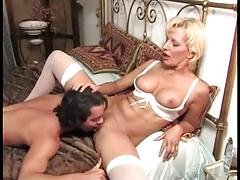 Доктор лечит пациента сексом