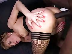 Негр долбит зрелую самку в очко