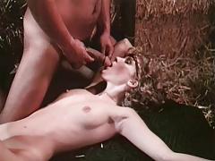 Связанная блондинка трахается на сеновале