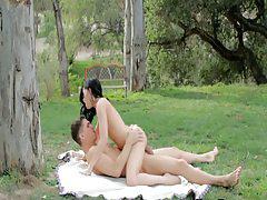 Сладкая парочка жучится на пикнике