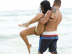 Телочки ублажают парня на пляже