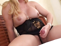 Блондинка с хуем мастурбирует на кровати