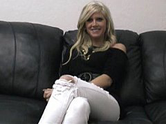 Блондинка проходит порнокастинг.