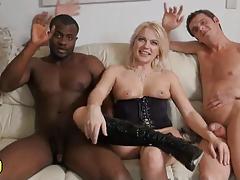 Блондинка устроила оргию с друзьями