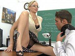 Паренек отлизывает у своего преподавателя