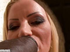 Блудливая блонда и имитатором члена стреляющий спермой
